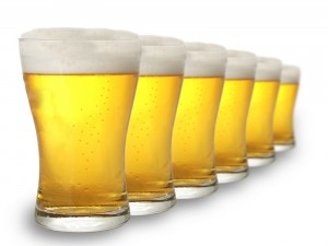 Vasos de espumosa cerveza