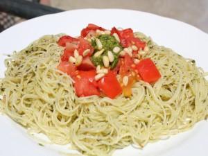 Postal: Espagueti con salsa pesto, piñones y dados de tomate natural