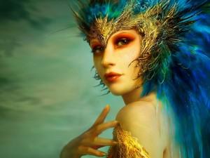 Chica con plumas azules