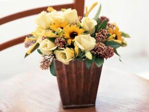 Pequeña composición floral de rosas y girasoles