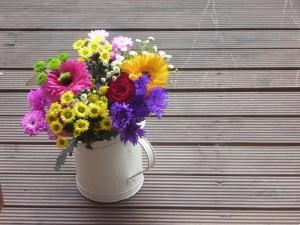 Jarra rústica con flores muy coloridas