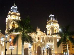 La Catedral de Lima iluminada por la noche, Perú