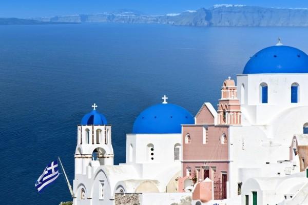 Bóvedas azules en la isla de Santorini, Grecia