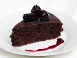 Pastel de chocolate con cerezas