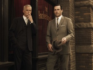 "Don Draper (Jon Hamm) y Roger Sterling (John Slattery), en la serie de TV ""Mad Men"""