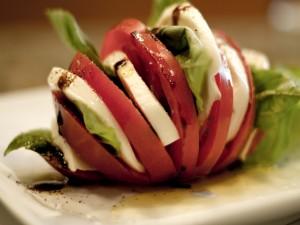 Ensalada caprese, mozzarella, tomate y albahaca