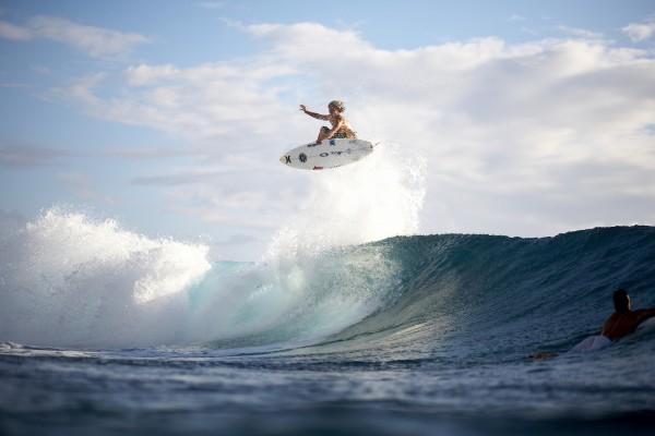 Gran salto sobre una tabla de surf