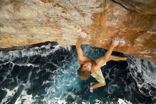 Escalada sin cuerda sobre un acantilado