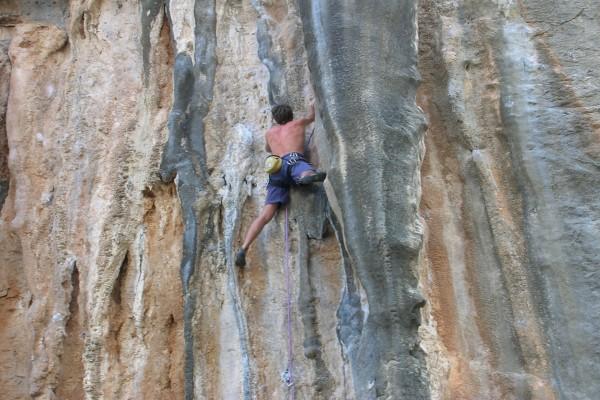 Escalando una gran pared de piedra