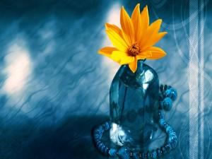 Postal: Colorida flor naranja en una botella de cristal