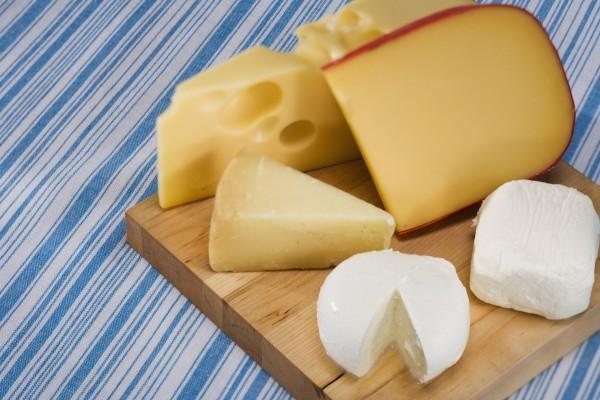 Tabla con variedad de quesos