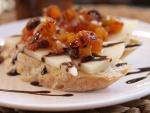 Tostada de queso con dados de tomate