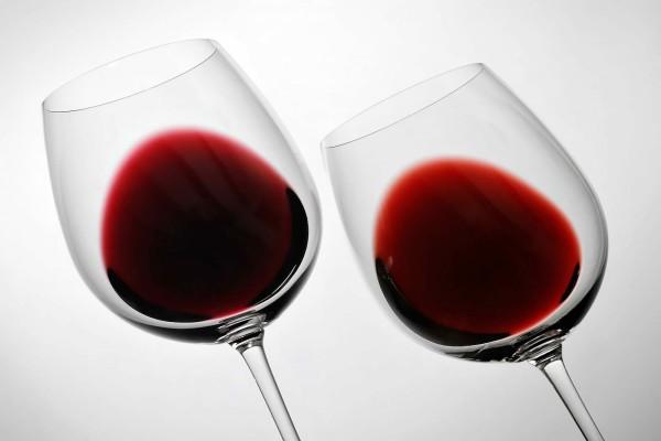 Dos copas de vino tinto