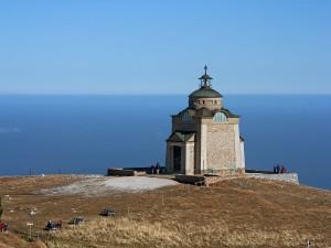 Pequeña iglesia cerca del mar