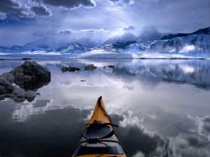 Canoa en un frío lugar