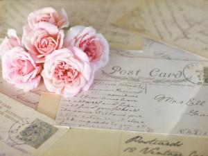 Postal: Cartas y un ramo de rosas