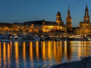 Postal: La catedral Hofkirche o catedral de la Santísima Trinidad, Dresde, Alemania