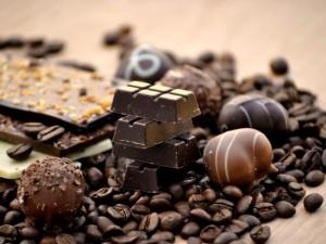 Postal: Chocolate, bombones y granos de café
