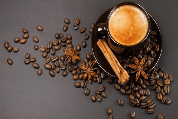 Café, canela en rama y anís estrellado