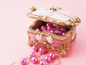 Un pequeño joyero rosa