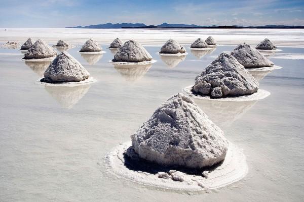 Montículos de sal en el Salar de Uyuni, Bolivia
