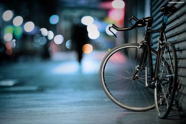 Bicicleta solitaria en la ciudad