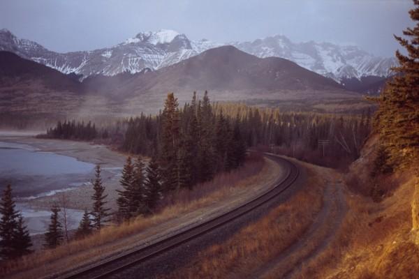 Línea del ferrocarril junto al río Athabasca, en la desembocadura del Lago Brule (Alberta, Canadá)