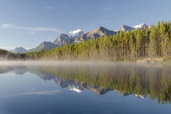 Lago Herbert visto desde la carretera Icefields Parkway, en Alberta, Canadá