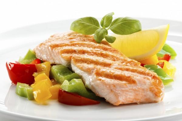 Lomo de salmón con pimientos de colores