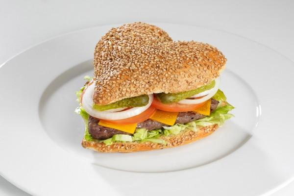 Hamburguesa con forma de corazón en pan de semillas