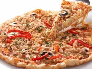 Pizza con tacos de atún y pimiento rojo