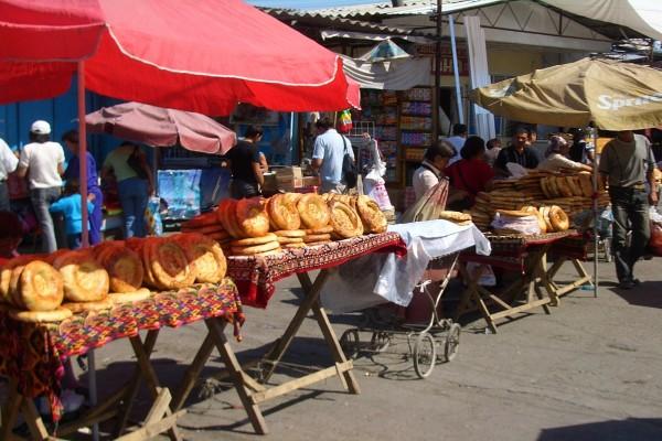 Vendiendo pan en Mercado Dordoy, Bishkek, Kirguistán