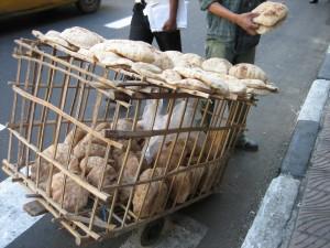 Vendedor ambulante de pan en Alejandría (Egipto)