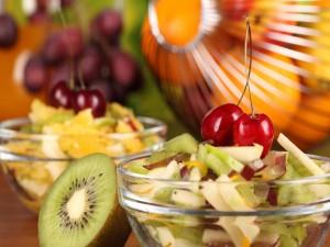 Postal: Ensalada de frutas con kiwi y cerezas