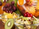 Ensalada de frutas con kiwi y cerezas