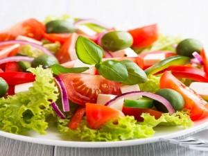 Ensalada de lechuga, tomate y aceitunas