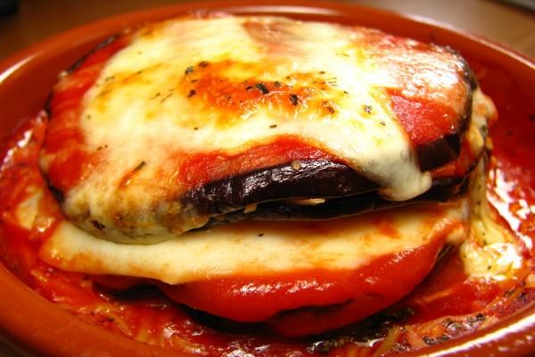 Berenjenas con tomate y queso fundido