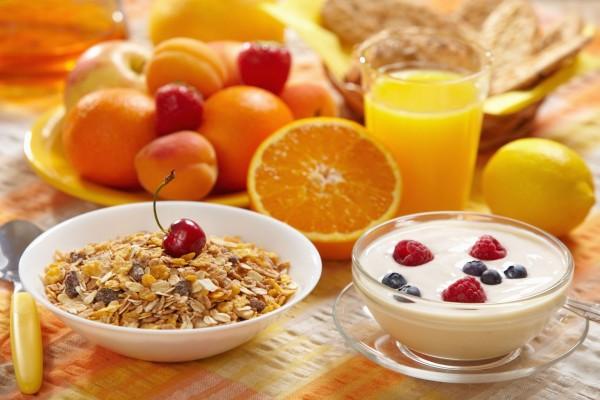 Muesli, frutas y yogurt