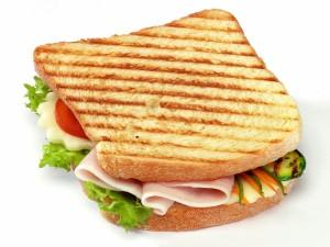 Postal: Sandwich con verduras a la plancha, jamón y queso