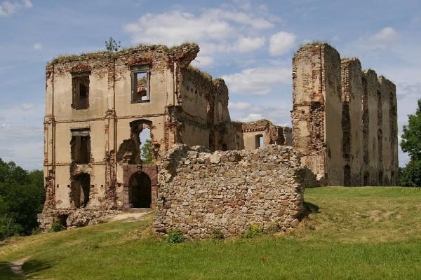 Ruinas del castillo en Bodzentyn, Polonia