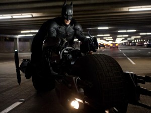 """Postal: Batman en moto (en """"El Caballero Oscuro"""" o """"El Caballero de la Noche"""")"""