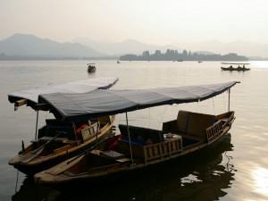 Barcas en el Lago del Oeste, en Hangzhou (China)