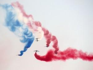 Postal: Dibujando la bandera francesa en el cielo