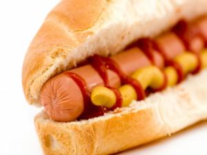 Bocadillo de salchicha con ketchup y mostaza