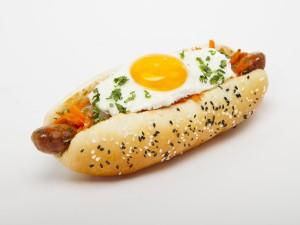 Perrito caliente (hot dog) con huevo a la plancha