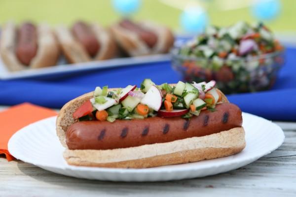 Perrito caliente con verduras frescas