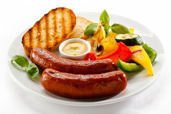 Plato con salchichas, pan y verduras