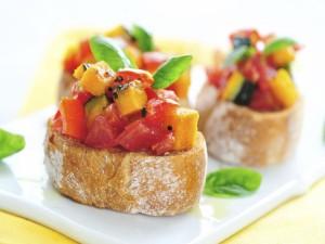 Daditos de verduras sobre rebanadas de pan