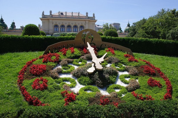 Reloj de flores en el parque Stadtpark, Viena