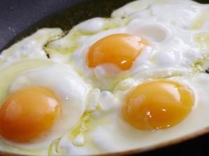 Tres huevos fritos